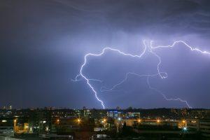 raio em tempestade